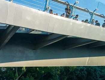 Новый стеклянный мост в Киеве треснул на второй день после введения в эксплуатацию