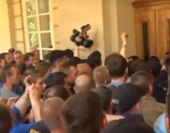 На Украине во Львове радикалы штурмом взяли здание мэрии и устроили драку