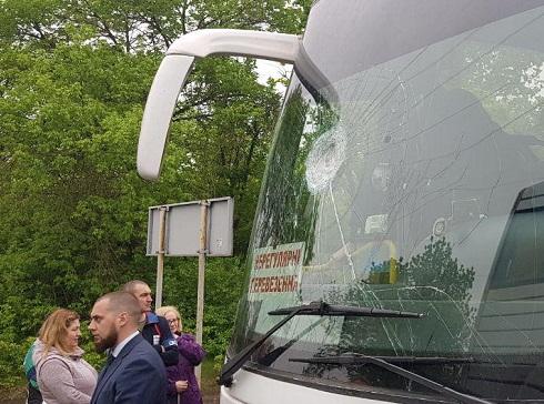 На Украине радикалы забросали камнями автобусы с участниками празднования Дня Победы