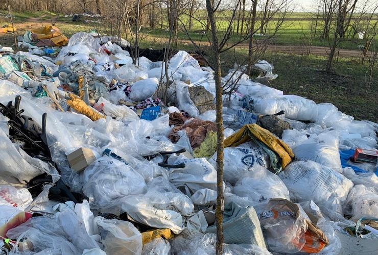 По дороге на Красный Яр найдена жуткая свалка пакетов от новой одежды. Фото