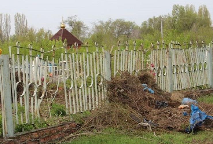 На кладбище №1 началась уборка прилегающей территории