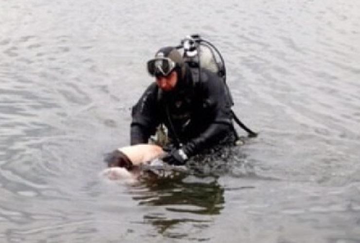 Спасатели извлекли тело рыбака. Его искали в реке 4 часа