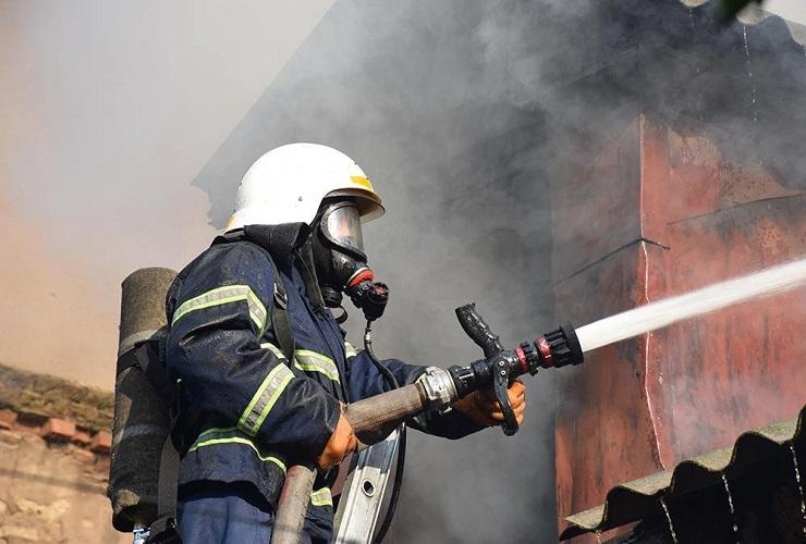 В День победы огнем уничтожило жилой дом. Семья погорельцев с двумя детьми просит о помощи