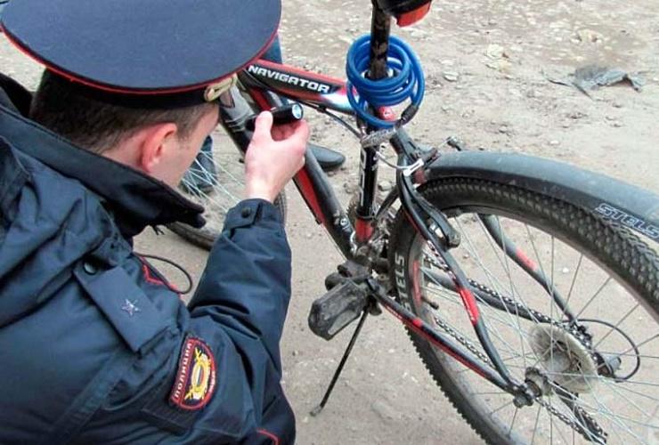 Двое парней украли из подъезда велосипед