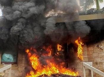 В столице Гондураса протестанты подожгли вход в здание посольства Соединенных Штатов