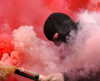 На Украине националисты забросали файерами имение Порошенко