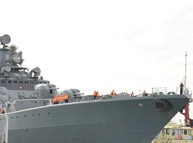В Восточно-Китайском море американский крейсер подрезал военный корабль России