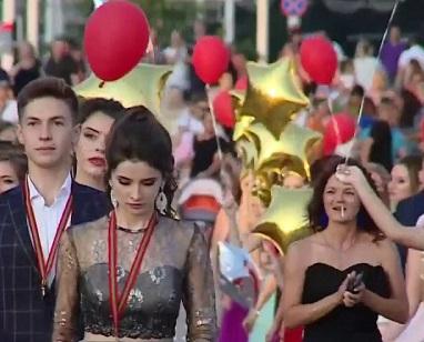 На Украине затравили выпускницу школы: «Ходишь к москалям — отмечай выпускной дома!»