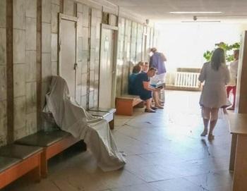 Реформы «Доктора Смерть»: В Киеве женщина умерла прямо у двери врача, ее просто накрыли простыней