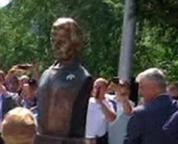 В Косово в благодарность за бомбардировки Югославии Олбрайт установили памятник