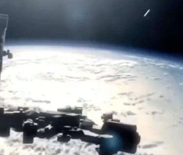 В сети появилось видео, как большой НЛО приблизился к МКС