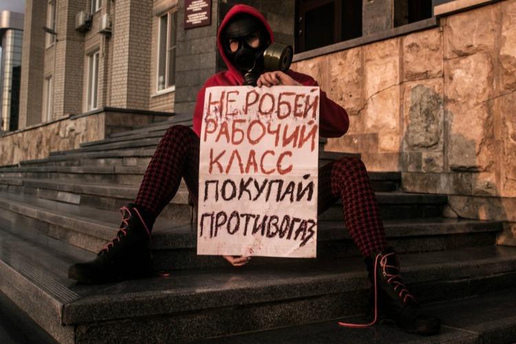 Девушка в противогазе поддержала Надежду Познякову и призвала рабочий класс не робеть