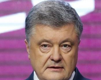 На Украине в Киеве Петра Порошенко забросали яйцами после его допроса